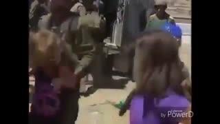 خشونت سربازان صهیونیستی علیه یک مادر و دخترانش