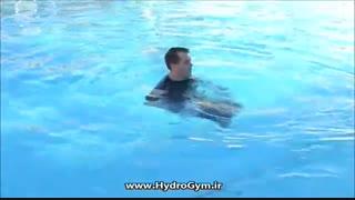 ورزش در آب با دمبل در قسمت عمیق استخر
